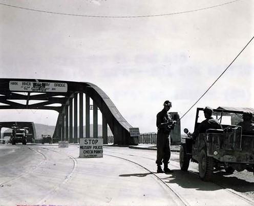 자동차가 서울로 들어오기 전 통행증을 체크하는 헌병 1951.06.18